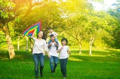 Asiatische Familie genoss Spaß im Freien Stockfoto