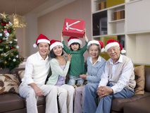 Asiatische Familie mit Weihnachtenhüten Lizenzfreie Stockfotos
