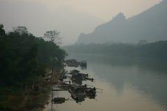 Asiatische Fischer, die durch den Fluss leben Stockbilder
