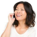 Asiatische fällige Frau, die auf Handy spricht Lizenzfreie Stockfotografie