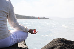 Asiatische Frau übt Yoga Stockfotografie
