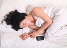 asiatische Frau auf Bett allein Lizenzfreies Stockfoto