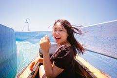 Asiatische Frau auf Klotz-Wasserrutschen Lizenzfreies Stockfoto