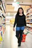 Asiatische Frau in den Gemischtwarenladen Lizenzfreies Stockfoto