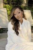 Asiatische Frau in der Badekurort-Einstellung Stockfoto