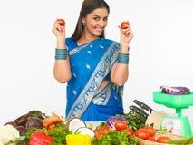 Asiatische Frau in der Küche Stockbild