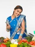 Asiatische Frau in der Küche Stockfotografie