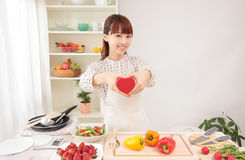 Asiatische Frau in der Küche mit Platz für Exemplar Lizenzfreies Stockfoto