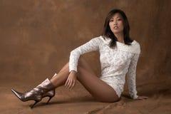 Asiatische Frau in der Strickjacke und in den Matten Lizenzfreies Stockfoto