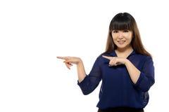 Asiatische Frau des erfolgreichen jungen Geschäfts, die irgendwo zeigt Lizenzfreies Stockbild
