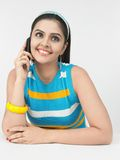 Asiatische Frau, die auf dem Handy spricht Lizenzfreie Stockfotos