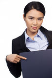 Asiatische Frau, die auf ein unbelegtes Zeichen zeigt Lizenzfreie Stockbilder