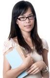 Asiatische Frau, die ein Buch anhält Stockfotografie