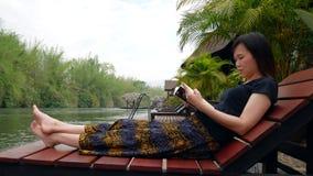 Asiatische Frau, die ein Buch liest stock video