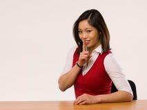 Asiatische Frau, die einen Gesichtsausdruck bildet Stockbild