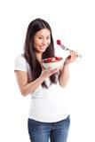 Asiatische Frau, die Frucht isst stockbild
