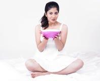 Asiatische Frau, die ihre Suppe genießt Lizenzfreie Stockbilder