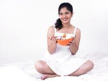 Asiatische Frau, die ihren Salat genießt Stockfotografie