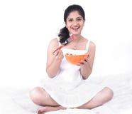 Asiatische Frau, die ihren Salat genießt Stockfotos