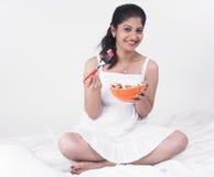 Asiatische Frau, die ihren Salat genießt Stockbilder