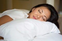 Asiatische Frau, die im Bett schläft Stockfotografie
