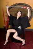 Asiatische Frau, die im Stuhl sitzt Lizenzfreie Stockfotos
