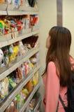 Asiatische Frau, die nach Nahrungsmitteln in Hong Kong Supermarket sucht Lizenzfreies Stockfoto
