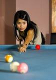 Asiatische Frau, die Pool spielt Lizenzfreie Stockfotos