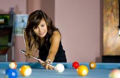 Asiatische Frau, die Pool spielt Stockbilder
