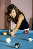 Asiatische Frau, die Pool spielt Lizenzfreie Stockbilder