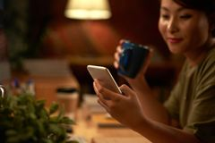 Asiatische Frau, die smartphone verwendet lizenzfreie stockfotografie