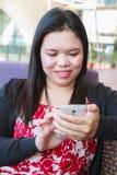 Asiatische Frau, die smartphone verwendet Stockbild