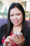 Asiatische Frau, die smartphone verwendet Lizenzfreie Stockfotos