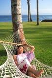 Asiatische Frau, die am Strand sich entspannt Stockfotografie