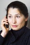 Asiatische Frau, die am Telefon spricht Lizenzfreies Stockfoto