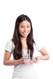 Asiatische Frau, die Vitamine nimmt Stockfotografie