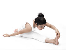 Asiatische Frau, die Yoga tut Stockfotos