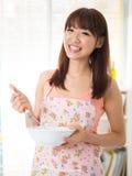 Asiatische Frau genießen zu backen stockfotos