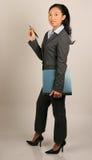 Asiatische Frau im Anzug-Holdingreport Stockfoto