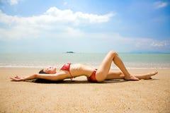 Asiatische Frau im Bikinimageren auf dem Sommerstrand Stockfoto