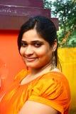 Asiatische Frau im gelben Silk Kleid Lizenzfreies Stockbild