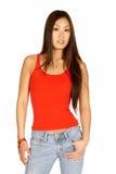 Asiatische Frau im roten Becken und in den Jeans Lizenzfreie Stockbilder