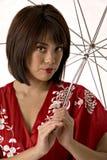 Asiatische Frau im roten Kimono Stockbild