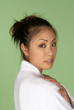 Asiatische Frau im weißen Terry-Bademantel Stockfotos