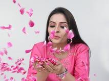 Asiatische Frau mit den rosafarbenen Blumenblättern Lizenzfreie Stockbilder