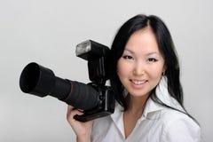 Asiatische Frau mit Fotokamera Stockfotografie