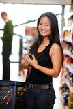 Asiatische Frau mit Handy Stockfotos