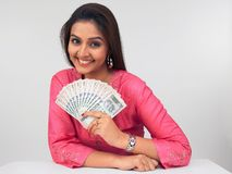 Asiatische Frau mit indischem Bargeld Stockfoto
