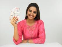 Asiatische Frau mit indischem Geld Stockbild