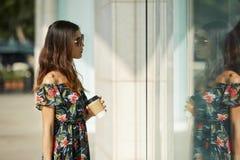 Asiatische Frau nahe modernem Geschäft stockfotos